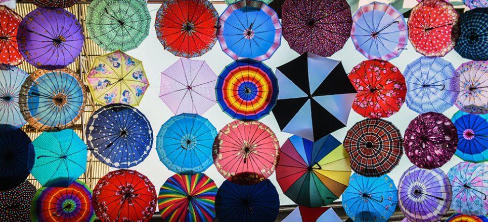یک مرکز خرید در شیراز که سقف آن با چترهای رنگارنگ تزئین شده ، به کوچه چترها معروف است. ...